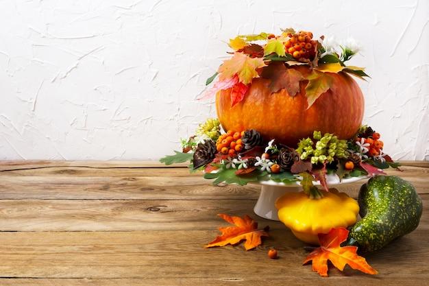 Центральная часть стола благодарения с тыквой и желтой тыквой, копией.