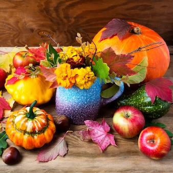Деревенская осень стол центральным с желтыми цветами, квадрат.