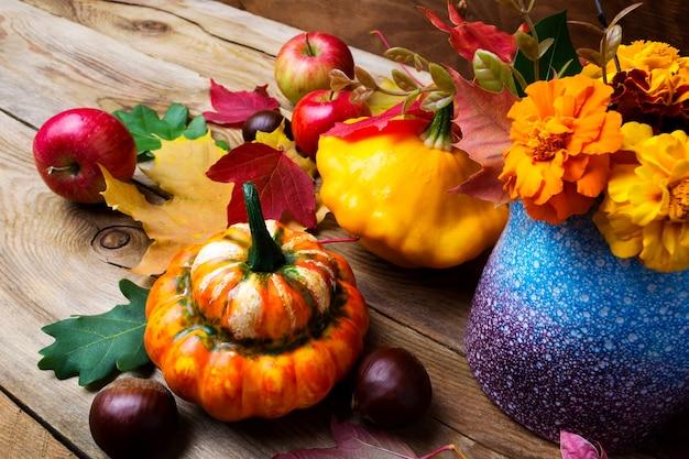 Праздничная осенняя композиция с тыквой, каштаном и яблоками