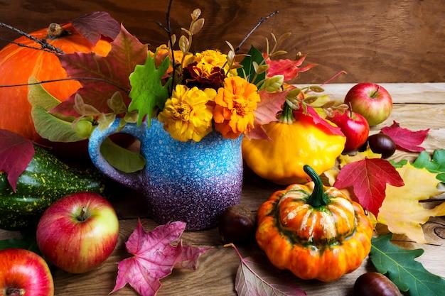 Сельский центральный стол с тыквами и листьями, крупным планом