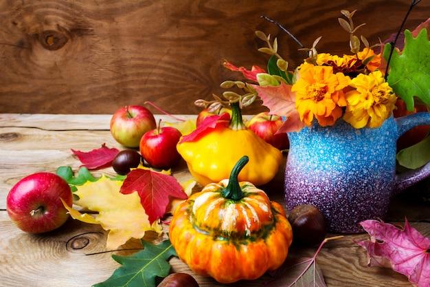 Деревенская центральная часть стола благодарения с цветами бархатцев