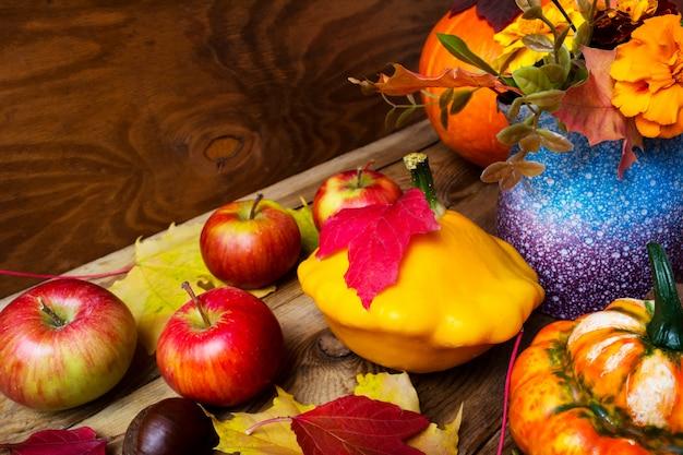 Спелые яблоки и желтая тыква благодарения
