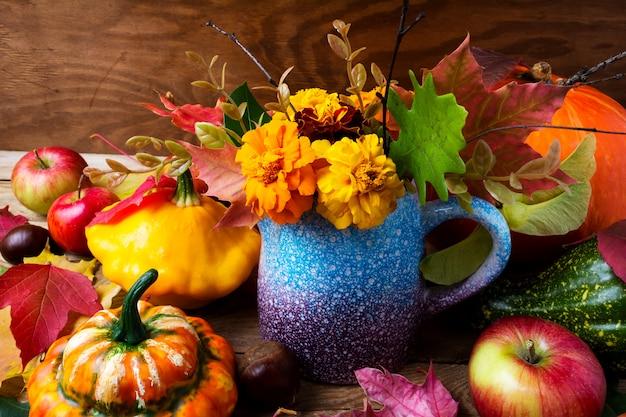 День благодарения с цветами календулы, тыквы и яблок
