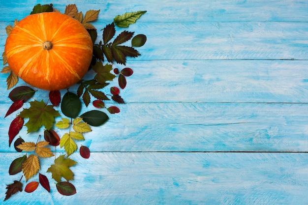 青の秋の葉で幸せな感謝祭