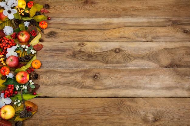 Осень с тыквами, яблоками, листьями и белыми цветами