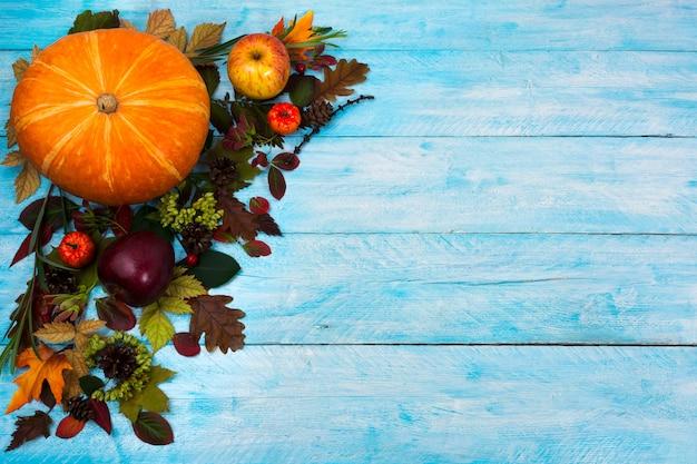 青い木製の秋の葉で幸せな感謝祭の挨拶