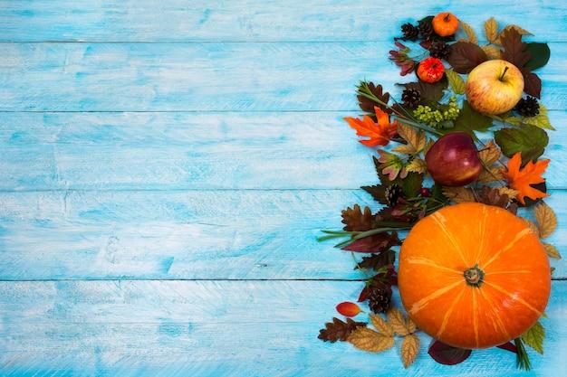感謝祭の葉と青い木製のスカッシュ