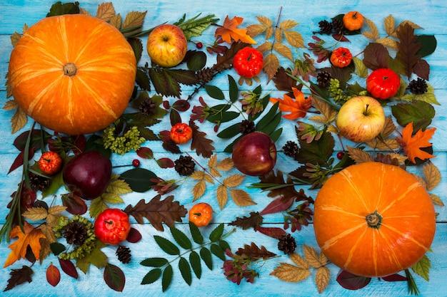 秋の葉と青のカボチャと感謝祭の挨拶