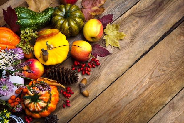 感謝祭の背景に赤い果実、カボチャ、スカッシュ、コピースペース