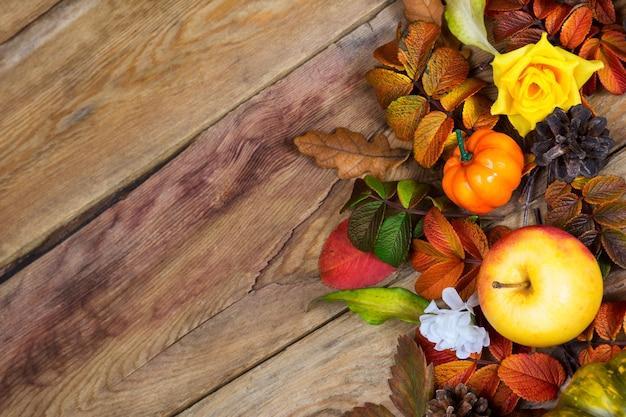 感謝祭の背景に赤、緑、黄色の紅葉、コピースペース