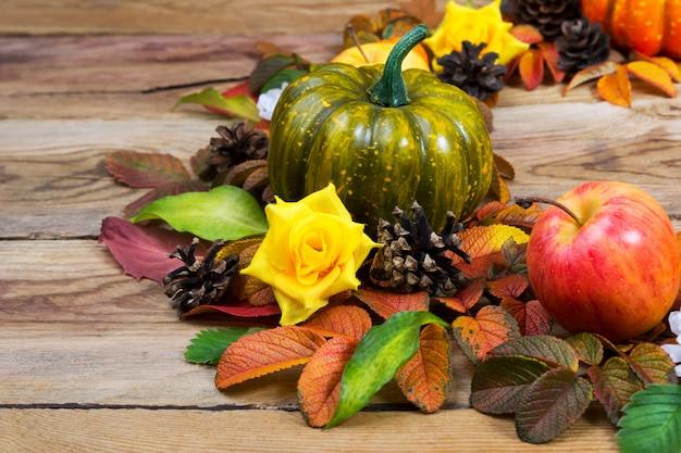 День благодарения с зеленой тыквой, яблоком, желтыми шелковыми розами