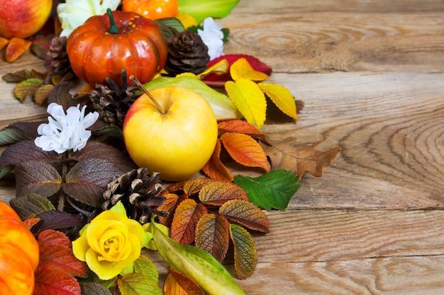Деревенский венок на день благодарения с желтым яблоком