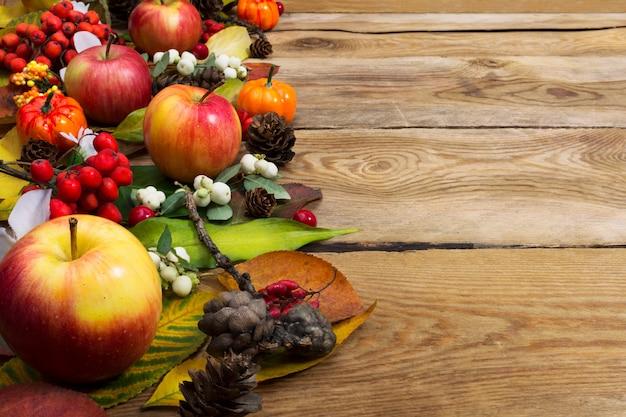 Поздравление с днем благодарения со спелыми яблоками и белой ягодой, копией пространства