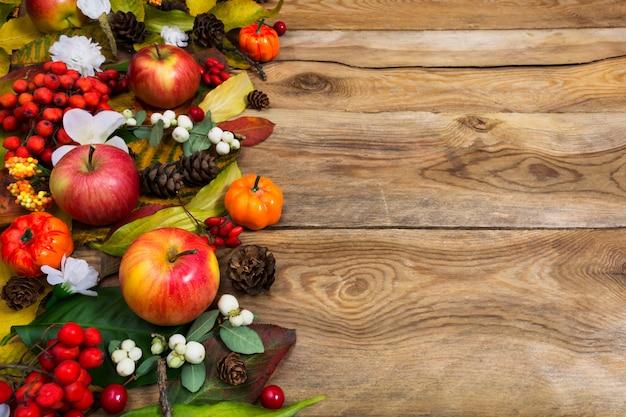 Осеннее приветствие с тыквами, красными и белыми ягодами, копией пространства