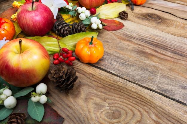 秋の挨拶、葉と古い木製のテーブルに白い果実、コピースペース