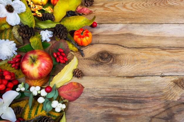 Поздравление с днем благодарения с тыквой, яблоками, осенними листьями, шишками и белыми цветами