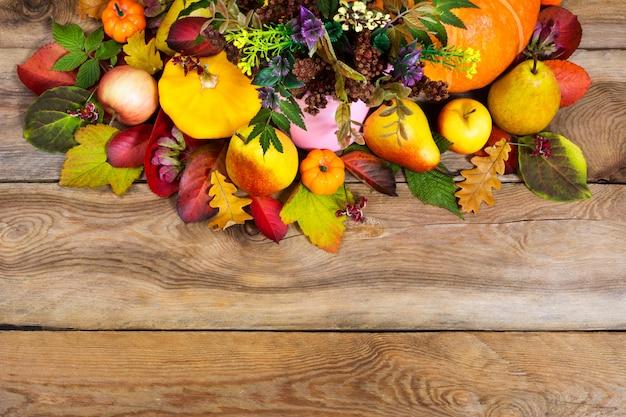 木製のテーブルに秋の野菜や果物