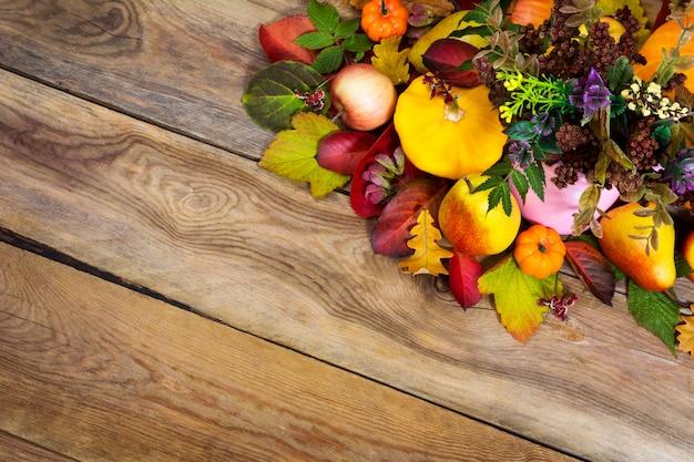 黄色のカボチャ、梨、紅葉と感謝祭の背景