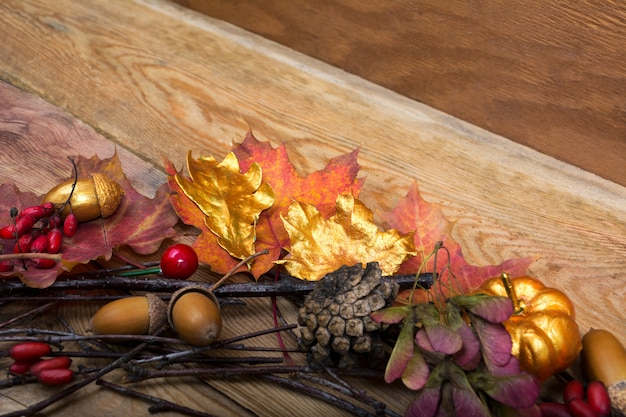 黄金のカボチャとドングリの花輪と感謝祭の背景、