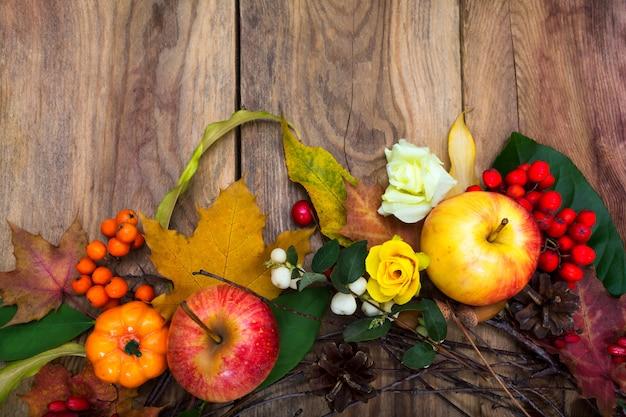 Осенние украшения с тыквой, яблоками, кленовыми листьями, сосновыми шишками,