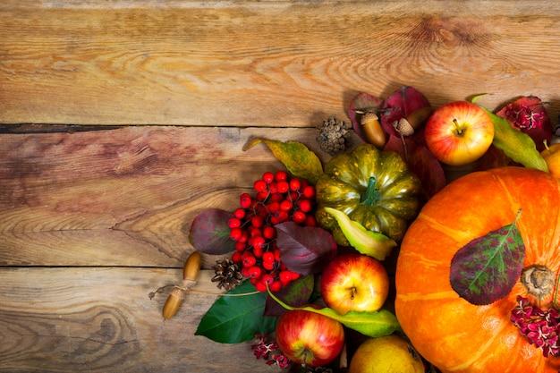 オレンジ色のカボチャ、緑のカボチャ、感謝祭の背景。