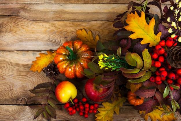 Осенняя композиция с листьями рябины и дуба,