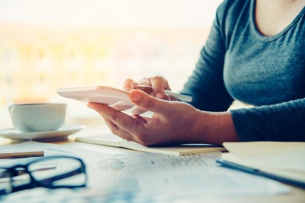 オフィスでタブレットやラップトップを扱うビジネス女性。