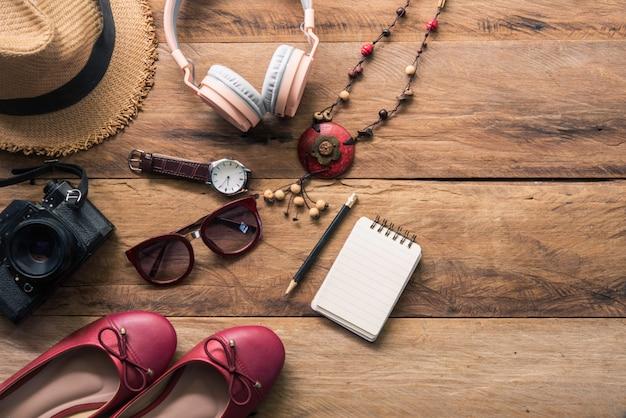 Одежда для женщин, размещенная на деревянном полу для путешествий