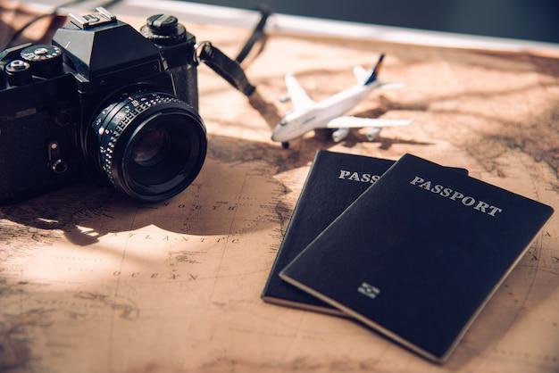Камера, самолет, паспорт. положить на карту - концепция путешествия
