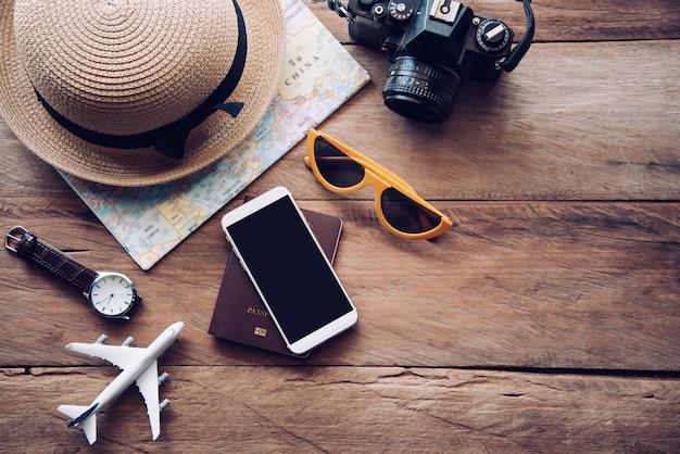 旅行アクセサリーの衣装。パスポート、荷物、旅行のために準備された旅行マップの費用
