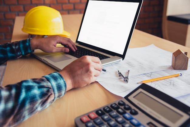 Инженер работал на ноутбуке