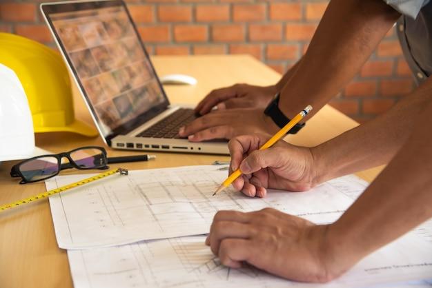 エンジニアリングチームは、設計および実装された建設作業を提示および議論するために会議を開いています。