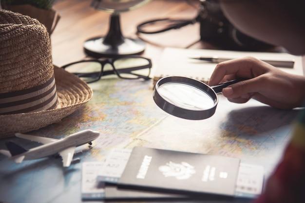 旅行者は、地図上のルートを検索し、インターネット上の情報を検索することで旅行を計画しています。