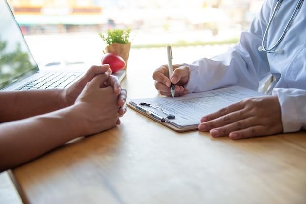 Врач обсуждает с пациентом после физического осмотра результаты и рекомендации по лечению.