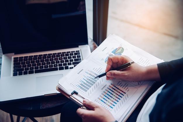 Работа в команде бизнесмен. работает с ноутбуком и смартфоном в кафе-кафе. отчет о встрече в процессе