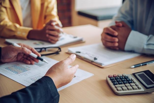 Бизнесмены встречаются, чтобы представить проблемы и решения в организации.