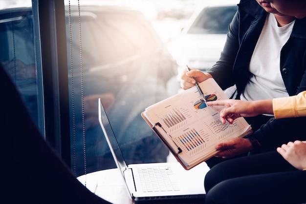 Работа в команде бизнесмен. работа с ноутбуком в офисе открытого пространства. отчет о встрече в процессе