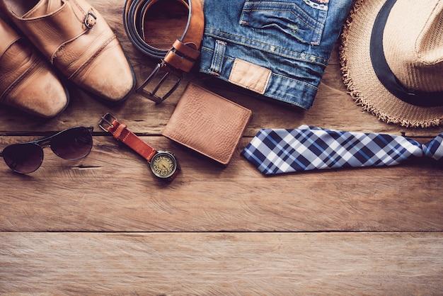 Одежда и аксессуары для мужчин на деревянном полу