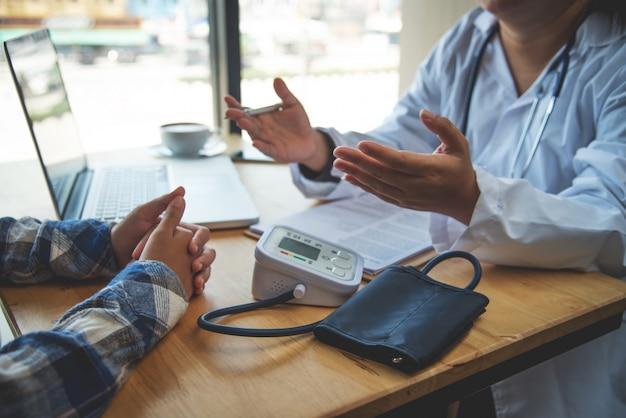 医師は、結果と治療ガイドラインを身体検査した後、患者と話し合っています。