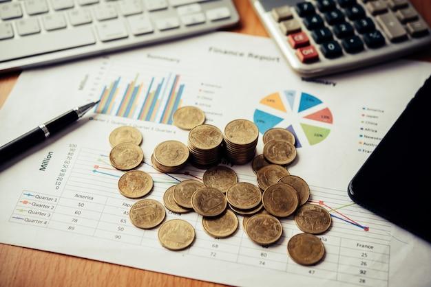 Монеты укладываются на миллиметровой бумаге. бизнес-концепция бизнеса