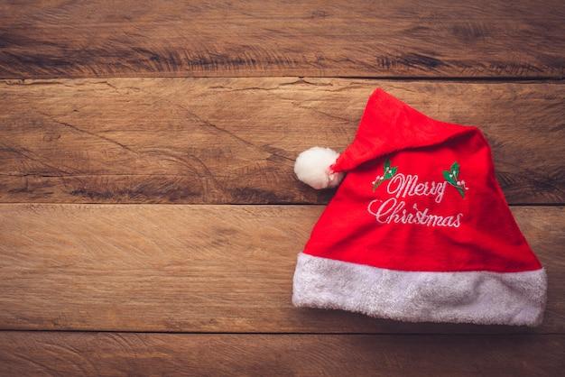 木製の床に置かれたクリスマス帽子。
