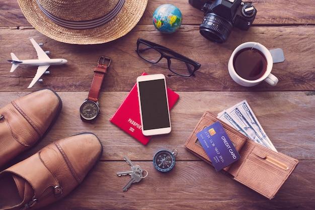 旅行の準備ができている木の床の旅行アクセサリー