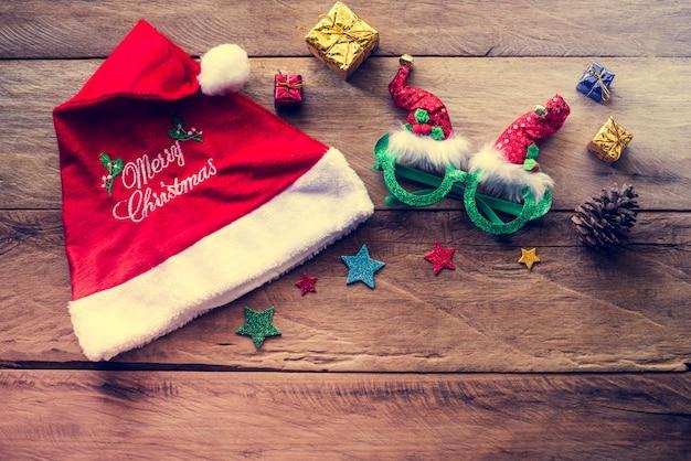 木製の床にクリスマスのお祝いの飾りを配置