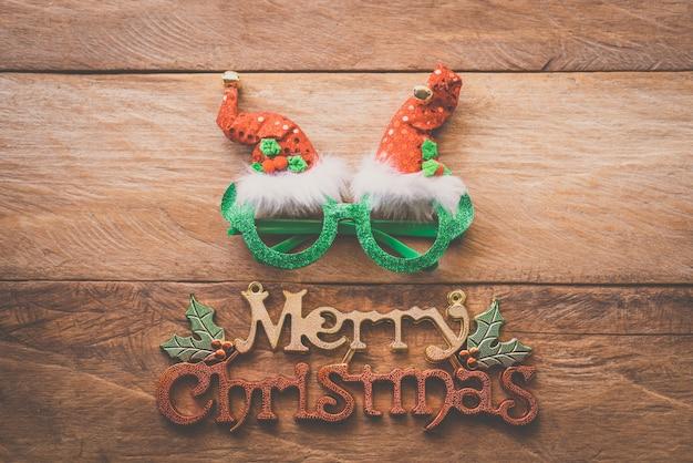 木製の床に置かれたクリスマスの装飾