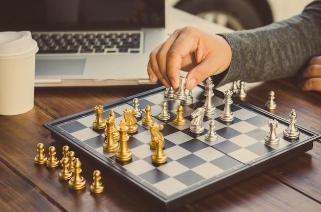 ビジネスマンはチェスのアイデアを使用しています