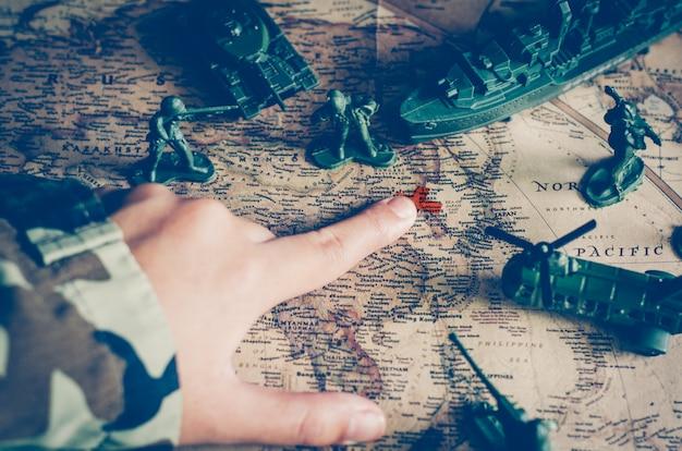 兵士や戦闘部隊のぼかし画像。しかし、世界地図の目標に焦点を当てる。