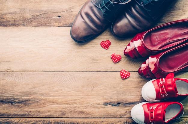家族のための心の靴。両親が暖かさとケアを示す家族の愛のために。