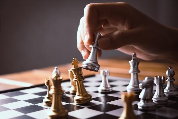 ビジネスマンはチェスのアイデアを使用しています - 事業計画のアイデア
