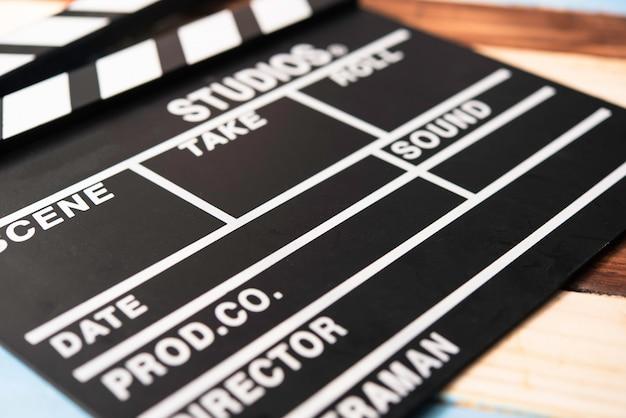 カットフィルム用のスレートが木製の床に置かれています。