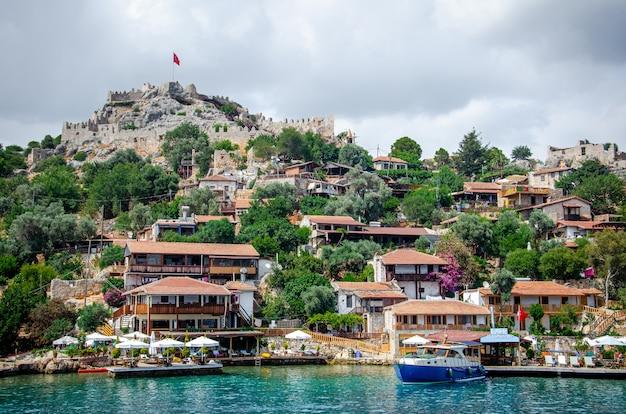 Древняя деревня симена с замком на горе. пристань для лодок, красивый пейзаж.